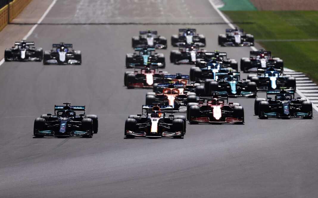 F1, Forma-1, rajt, start, Brit Nagydíj, Red Bull, Mercedes, autósportos